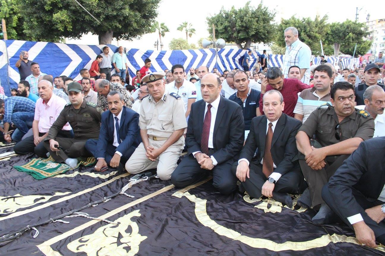 محافظ دمياط يؤدي صلاة عيد الاضحى المبارك بساحة ميدان الساعة بدمياط